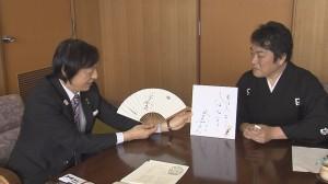 岡本栄伊賀市長(左)と三代目林家菊丸さん(右)